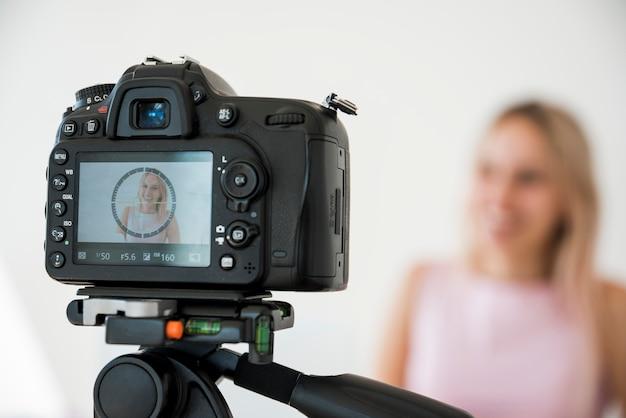 Lächelnder influencer, der video aufnimmt