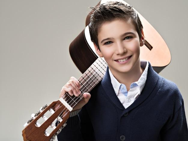 Lächelnder junge mit gitarre.