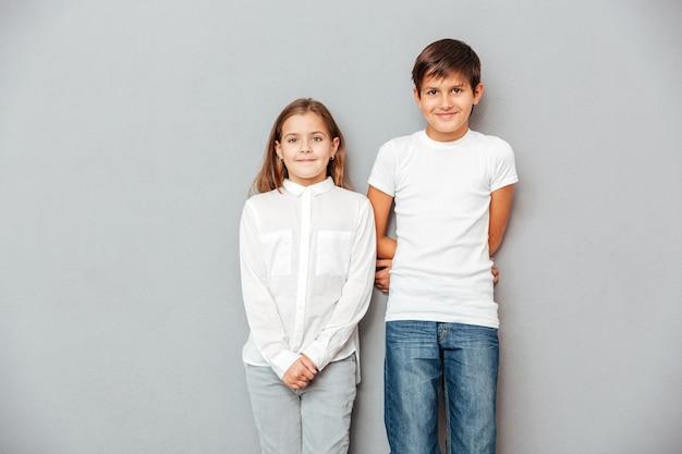 Lächelnder junge und mädchen stehen zusammen