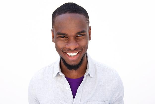 Lächelnder junger afrikanischer kerl mit bart