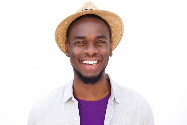 Lächelnder junger afrikanischer mann mit hut