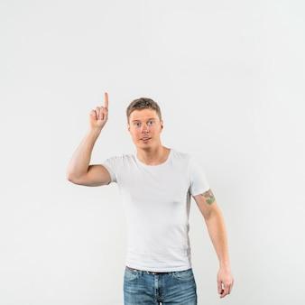 Lächelnder junger mann, der das nummer eins lokalisiert auf weißem hintergrund zeigt