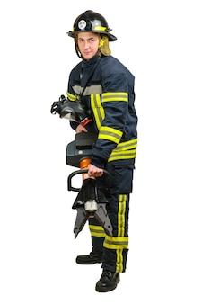 Lächelnder junger mann in uniform eines feuerwehrmannes mit schnurlosem werkzeug