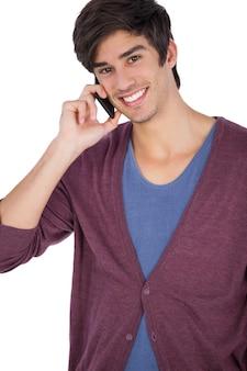 Lächelnder junger mann mit handy