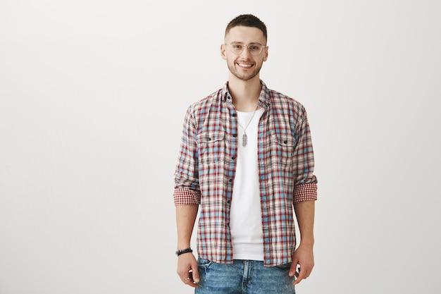 Lächelnder junger mann posiert