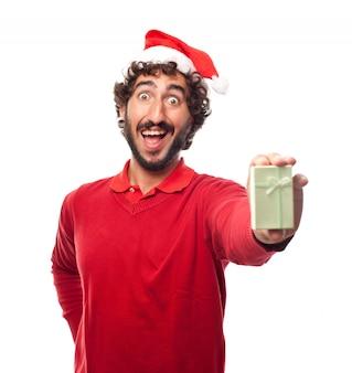 Lächelnder kerl mit einem kleinen geschenk