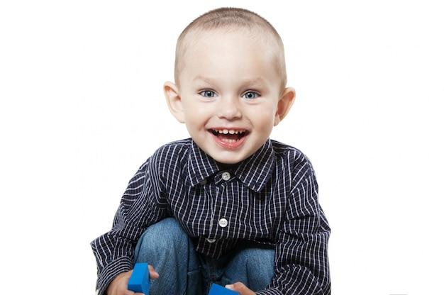 Lächelnder kleiner junge auf weiß
