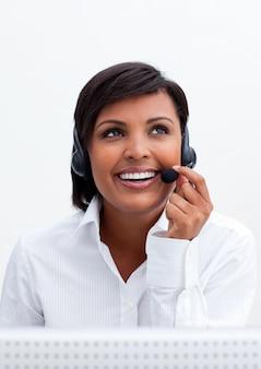Lächelnder kundendienstmitarbeiter mit kopfhörer an