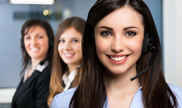 Lächelnder kundenvertreter bei der arbeit