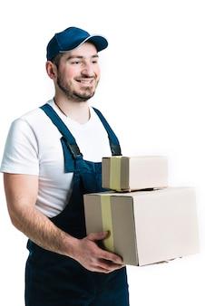 Lächelnder kurier mit versiegelten paketen