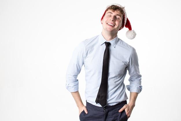 Lächelnder mann büroangestellter in der weihnachtsmütze