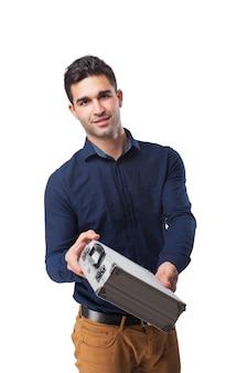 Lächelnder mann, der einen aktentasche aus metall hält