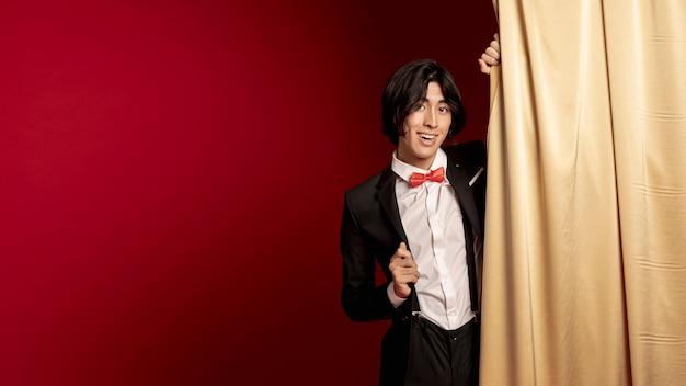 Lächelnder mann, der für chinesisches neues jahr aufwirft