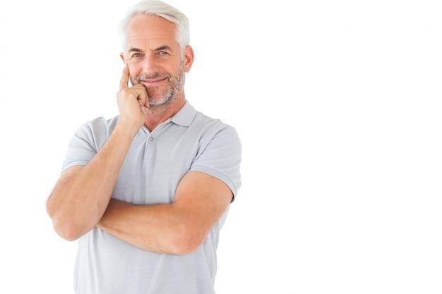 Lächelnder mann, der mit den armen gekreuzt aufwirft