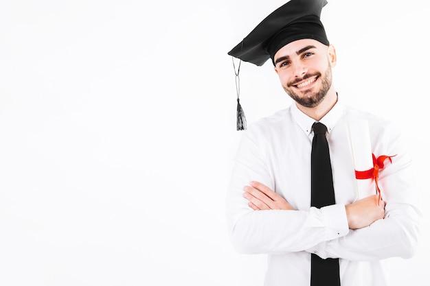 Lächelnder mann, der mit diplom steht