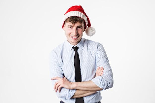 Lächelnder mann in weihnachtsmütze