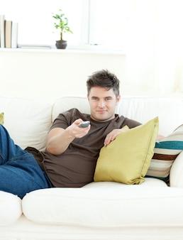 Lächelnder mann ist entspannend