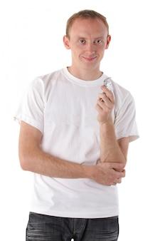Lächelnder mann mit einem diktiergerät lokalisiert auf weiß. serie