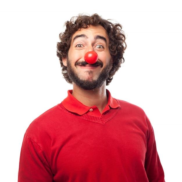 Lächelnder mann mit einer roten nase