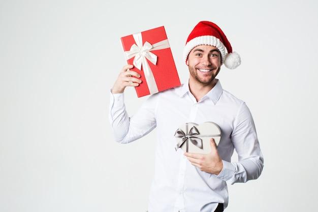Lächelnder mann mit geschenkboxen