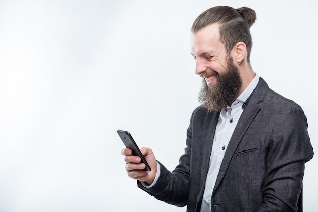 Lächelnder mann mit handy. technologiekommunikation und moderne geräte.