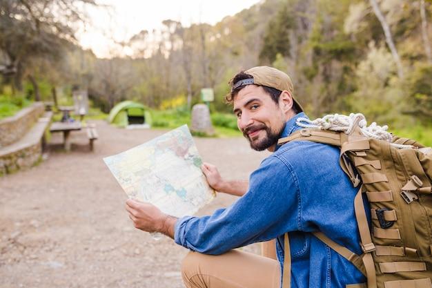 Lächelnder mann mit karte