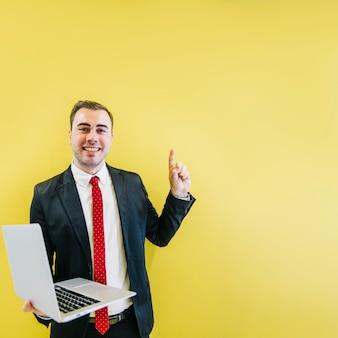 Lächelnder mann mit lösung auf gelb