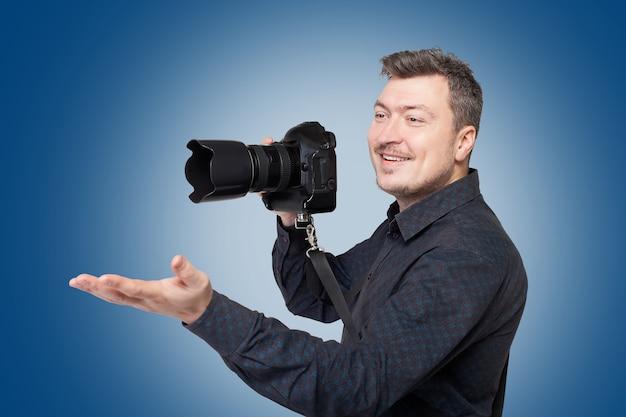 Lächelnder mann mit professioneller digitalkamera