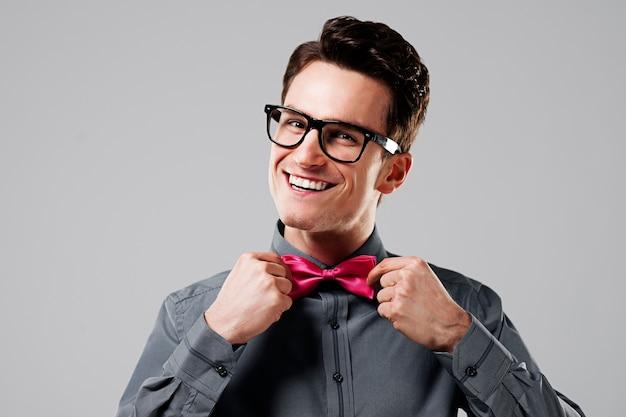 Lächelnder mann mit rosa fliege