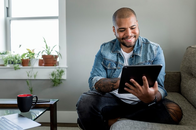 Lächelnder mann mit tablet, hd stockbild