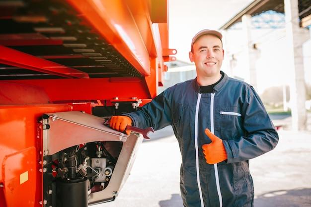 Lächelnder mechaniker daumen hoch