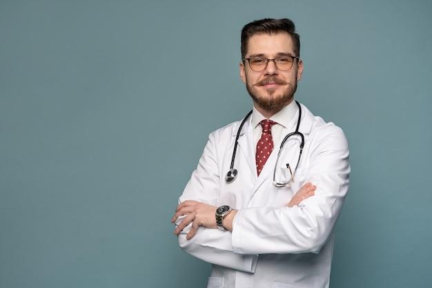 Lächelnder medizinischer arbeiter im weißen kittel und in der krawatte