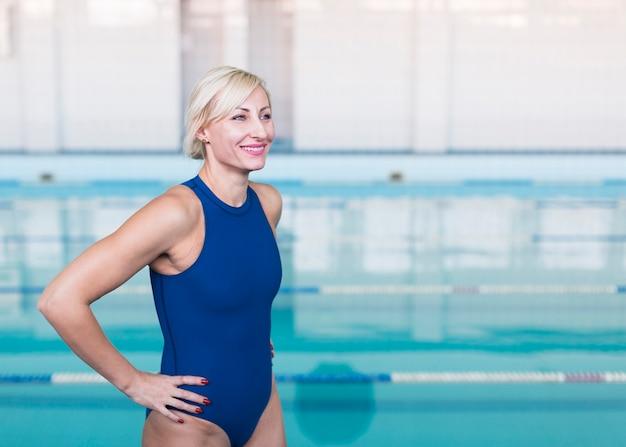 Lächelnder mittlerer schuss des blonden schwimmers