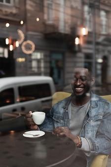 Lächelnder mittlerer schuss des hübschen afroamerikanischen mannes