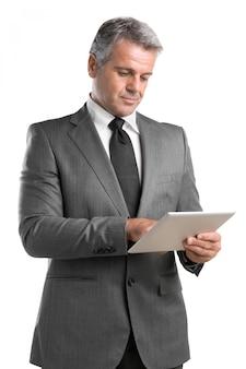 Lächelnder reifer geschäftsmann, der auf digitalem tablett lokalisiert auf weißem hintergrund arbeitet