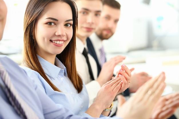 Lächelnder schönheitsgeschäftsfrauenporträtblick