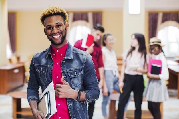 Lächelnder schwarzer mann mit notizblock