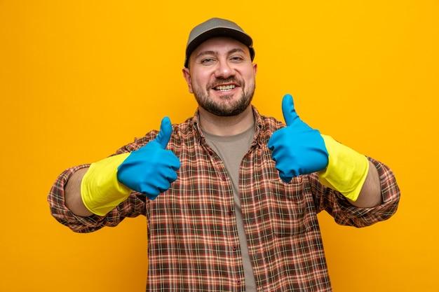 Lächelnder slawischer putzmann mit gummihandschuhen, die nach oben greifen