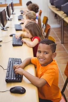 Lächelnder student, der einen computer verwendet