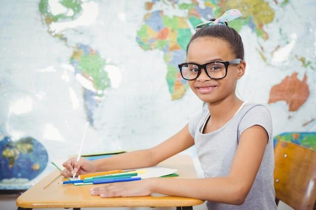 Lächelnder student, der klassenarbeit tut