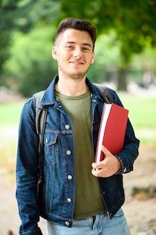 Lächelnder student im freien in einem college-hof