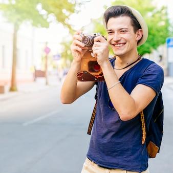 Lächelnder tourist mit kamera