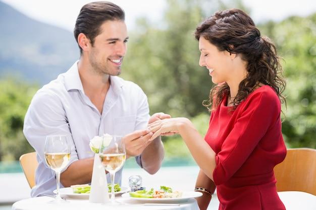 Lächelnder tragender verlobungsring des mannes zur frau