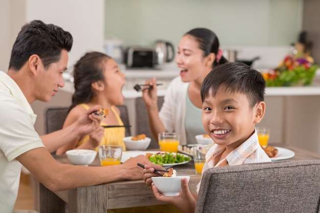 Lächelnder vietnamesischer junge