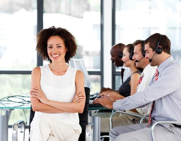 Lächelnder weiblicher manager, der in einem call-center arbeitet