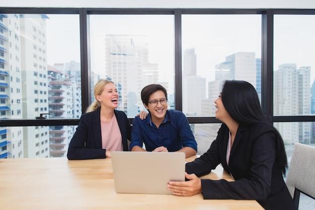 Lächelnder weiblicher rechtsanwalt oder finanzberater zeigen vertrag und versicherungsformularvereinbarung zu den gemischtrassigen paarkunden im büro, im immobilien und im investitionskauf behandeln konzept