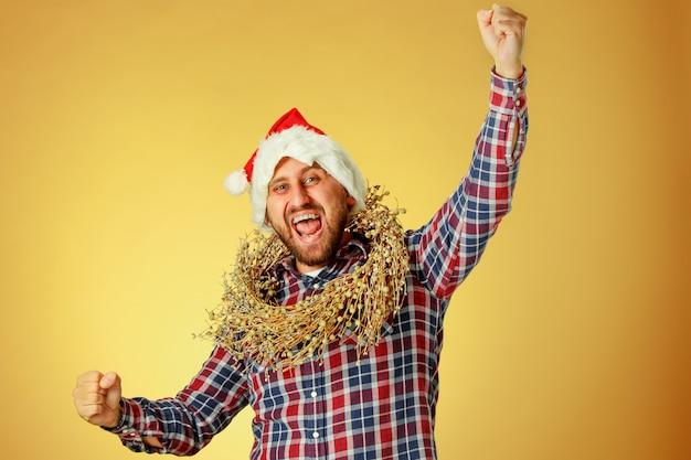 Lächelnder weihnachtsmann, der eine weihnachtsmütze trägt