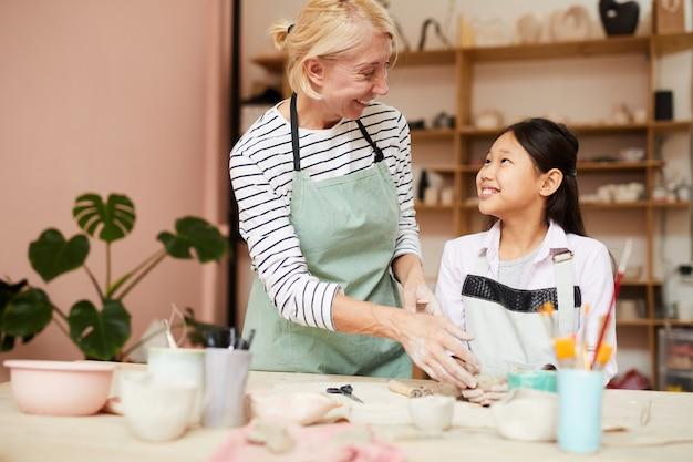 Lächelndes asiatisches mädchen im kunstunterricht
