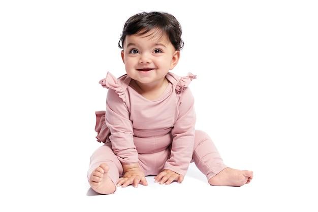 Lächelndes baby, das auf studioboden aufwirft