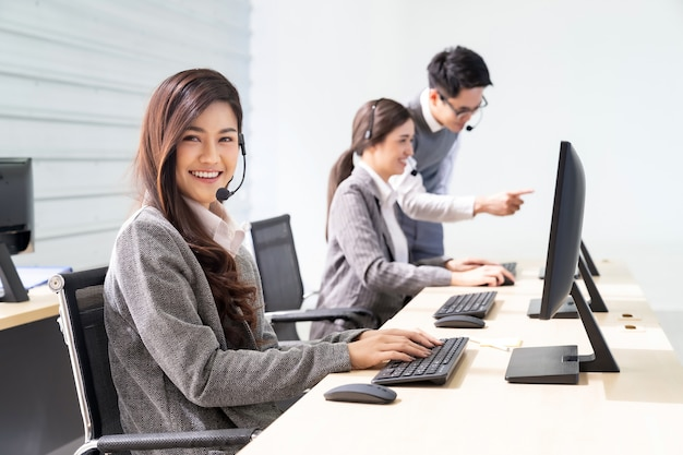 Lächelndes call center funktioniert